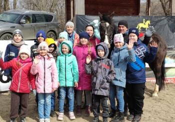"""В рамках проекта """"Не бойся, я с тобой"""" ученики начальных классов посетили Школу верховой езды """"Россо"""""""
